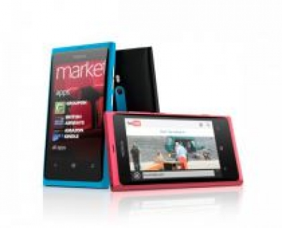 Nokia Lumia 800 vs iPhone 4 (video)